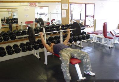 تمرين عضلة الصدر مستوي بالبار